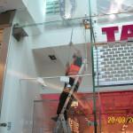 Mytí oken ve výšce pomocí teleskopických tyčí v Praze