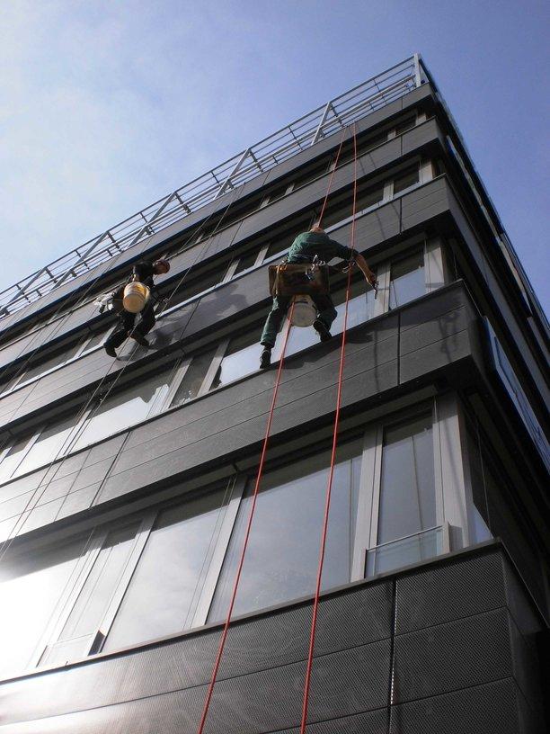Mytí oken ve výšce horolezecky Brno